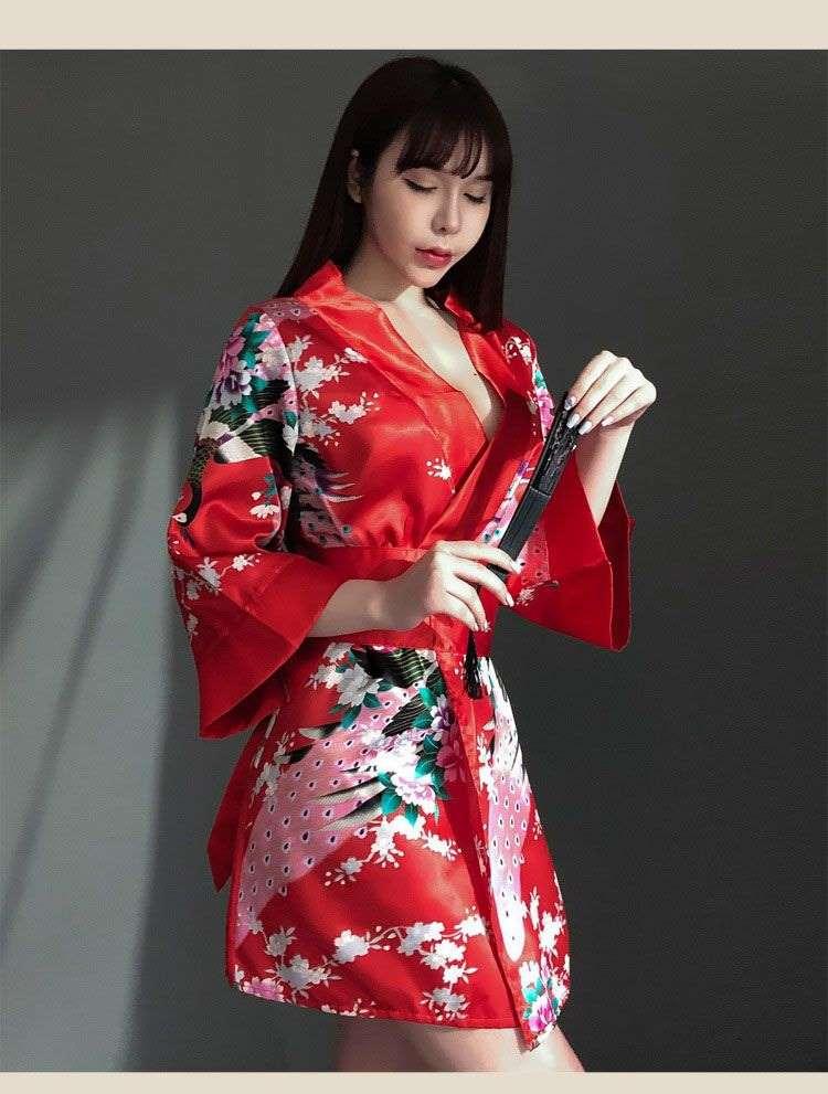 áo kimono màu đỏ